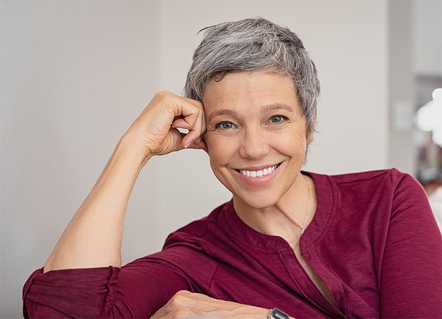 Uśmiechnięta starsza kobieta